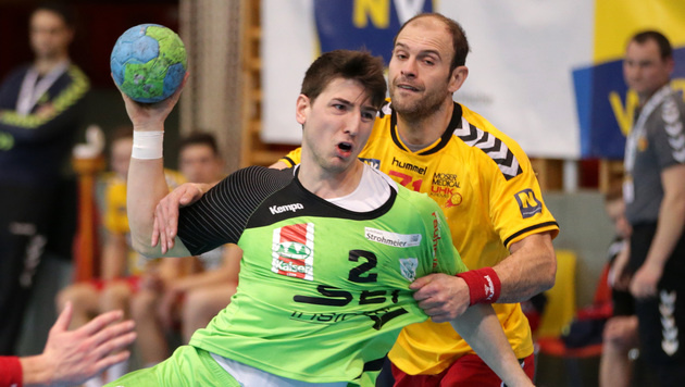 Westwien-Rückraumspieler Alexander Hermann (links) gegen Vlatko Mitkov (Krems) (Bild: GEPA)