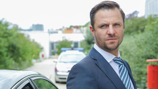 Philipp Hochmair (Joachim Schnitzler) (Bild: ORF/Petro Domenigg)
