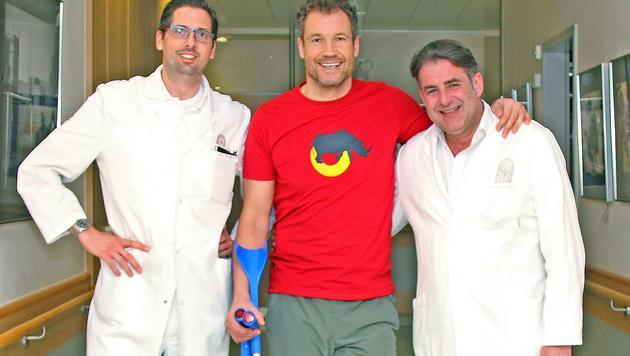 Armin Assinger durfte auf Krücken das Spital verlassen. (Bild: APA/KRANKENHAUS SCHWARZACH/KLAUDIA VINKOVIC)