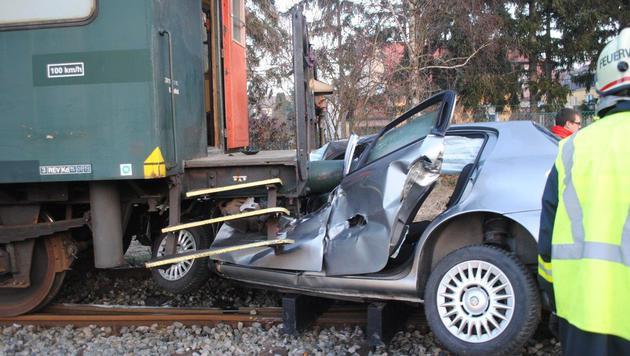 Auto von Zug erfasst: 77-Jähriger schwer verletzt (Bild: Einsatzdoku.at)