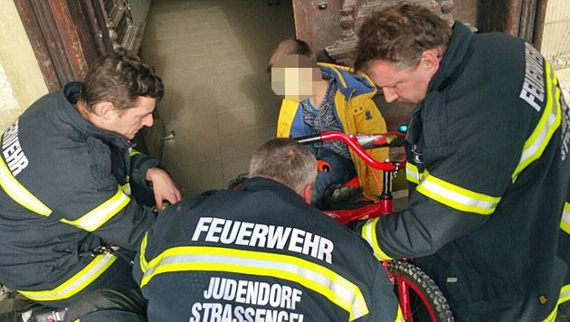 Mit Fuß hilflos im Fahrrad gesteckt: Bub befreit (Bild: FF Judendorf-Straßengel)