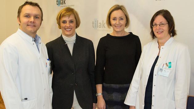 Nephrologe M. Rudnicki mit den Schwestern Iris und Ines Strillinger sowie der Kinderärztin D. Karall (Bild: Christian Forcher)