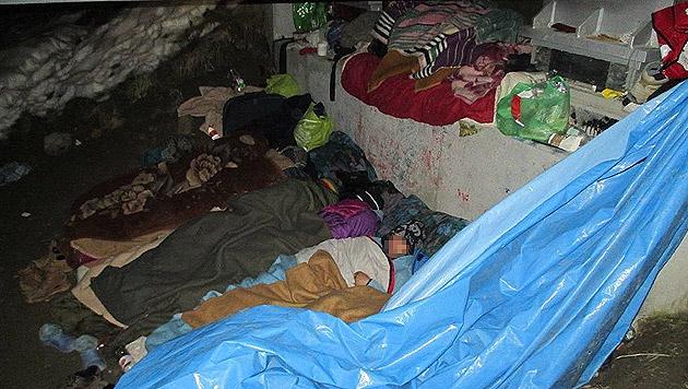 Bettler hausen unter unwürdigen Bedingungen unter der Brücke. (Bild: Markus Tschepp)