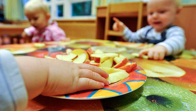 Schlafenden Zweijährigen in Kinderkrippe vergessen (Bild: APA/HERBERT NEUBAUER (Symbolbild))