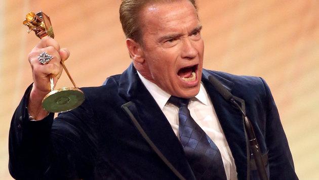 Arnie freut sich über seinen Preis. (Bild: dpa/Christian Charisius)
