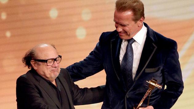 Danny DeVito überreichte Arnold Schwarzenegger die Goldene Kamera. (Bild: dpa/Christian Charisius)