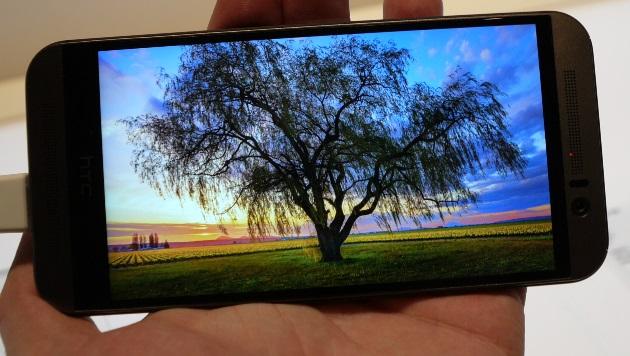 """Hat zwar """"nur"""" Full-HD, überzeugt aber trotzdem: das Display des One M9 (Bild: Dominik Erlinger)"""