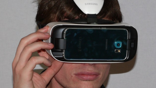 Wer mag und ein Galaxy S6 hat, kann mit dem Gear-VR-Headset in virtuelle Welten abtauchen. (Bild: Dominik Erlinger)