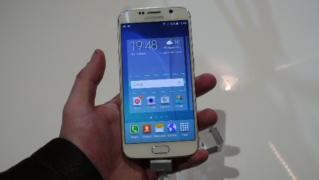Trotz 5,1 Zoll Diagonale passt das Galaxy Note 6 problemlos in durchschnittliche Männerhände. (Bild: Dominik Erlinger)