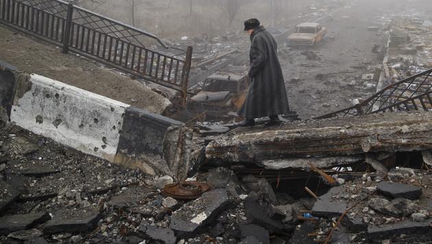 Das tägliche Leben in der Ostukraine wird von Angriffen und Trümmerlandschaften begleitet. (Bild: AP)