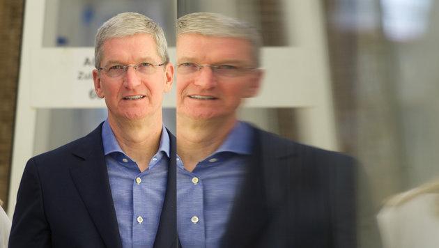 Aktie auf Talfahrt: Tim Cook verteidigt Apple-Kurs (Bild: APA/dpa/Tobias Hase)