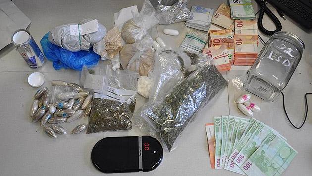 Zudem wurden Bargeld und weitere Drogen in der Wohnung sichergestellt. (Bild: Polizei)