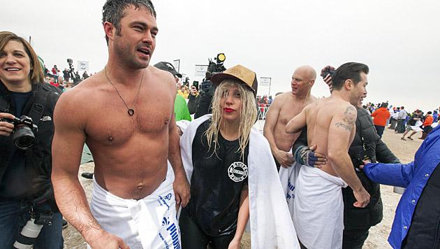 Für den guten Zweck froren Taylor Kinney und seine Verlobte Lady Gaga gerne. (Bild: APA/EPA/KAMIL KRZACZYNSKI)