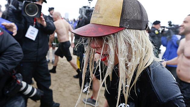 Das Bad war so eisig, dass sogar Lady Gagas Haare einfroren. (Bild: APA/EPA/KAMIL KRZACZYNSKI)