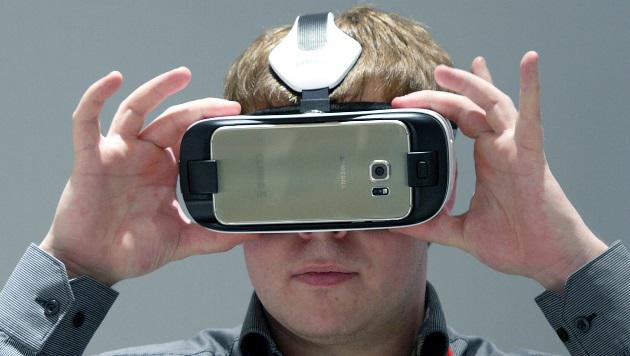 MWC: Samsungs neue Gear-VR-Cyberbrille angetestet (Bild: Dominik Erlinger)