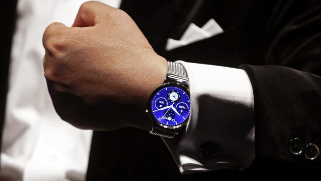 Smartwatches: Kampf ums Handgelenk hat begonnen (Bild: APA/EPA/ALBERTO ESTEVEZ)