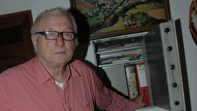 Raubopfer Alois Hiptmair (74) zeigt jenen Tresor, den das Räuberquartett öffnete - und ausräumte! (Bild: Johann Haginger)