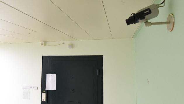 Diese Zellentür wurde laut Protokoll und Überwachungskamera 14 Stunden lang nicht geöffnet. (Bild: APA/HELMUT FOHRINGER)