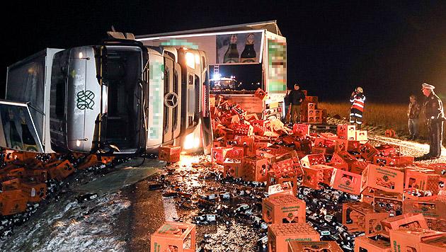 Die komplette Fahrbahn war mit Kisten und Bierflaschen übersät. (Bild: APA/DANIEL SCHARINGER)