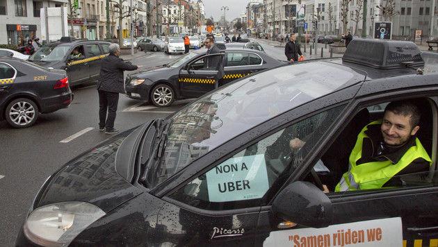 Taxi-Kolonne protestierte in Brüssel gegen Uber (Bild: AP)