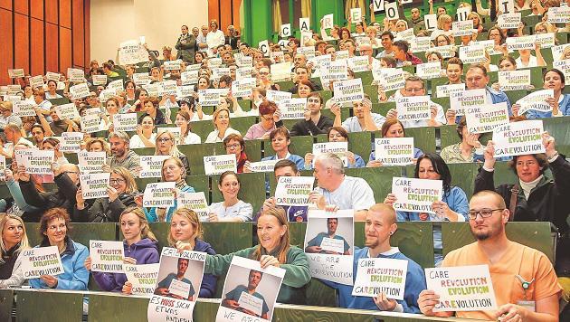 Die SALK-Pflegekräfte sorgten dafür, dass der Hörsaal völlig überfüllt war. (Bild: MARKUS TSCHEPP)