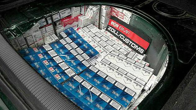 In einem Pkw wurden insgesamt 60.400 Stück Zigaretten in Hohlräumen gefunden. (Bild: APA/POLIZEI/UNBEKANNT)