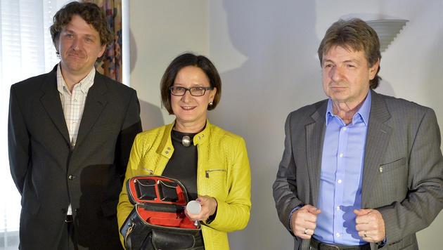 Die Kriminalbeamten Gustav Kurzmann (li.) und Georg Rabensteiner (re.) mit BM Johanna Mikl-Leitner (Bild: APA/HERBERT NEUBAUER)