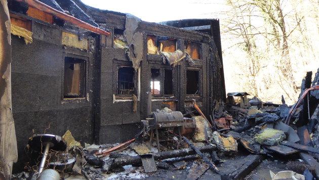 Die Objekte wurden von dem Feuer völlig zerstört. (Bild: APA/FREIWILIGE FEUERWEHR ERNSTHOFEN)