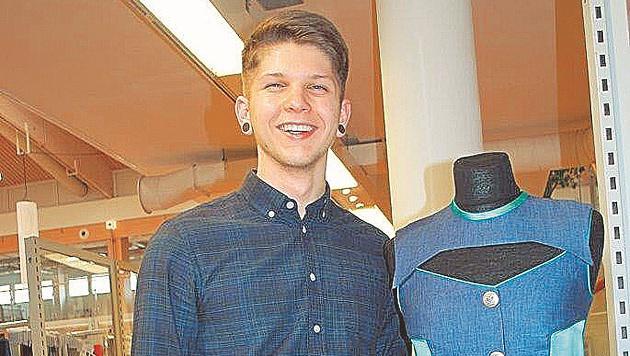 Andreas Stockinger von der Modeschule Hallein ist stolz auf seine Magnetknopf-Erfindung. (Bild: Modeschule Hallein)