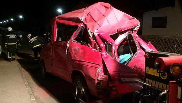 Der Kleinbus wurde bei dem Unfalldrama völlig demoliert. (Bild: FF Brunn am Gebirge)