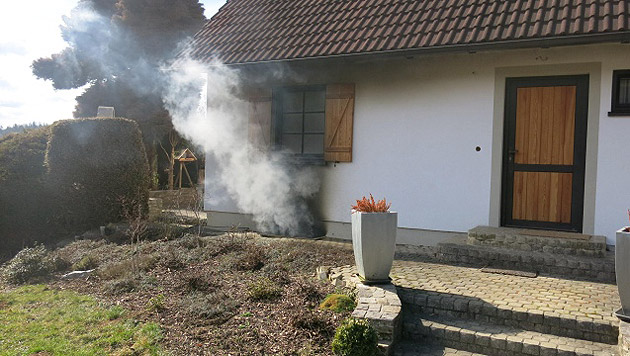Nachbarn hatten Rauch aus dem Kellerfenster dringen sehen und die Einsatzkräfte alarmiert. (Bild: Feuerwehr Hitzendorf)