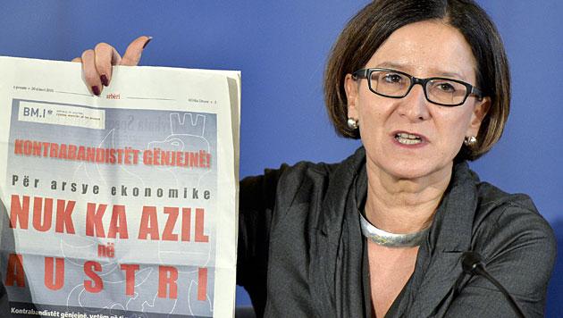 Innenministerin Mikl-Leitner zeigt ein entsprechend formuliertes Inserat. (Bild: APA/Herbert Neubauer)