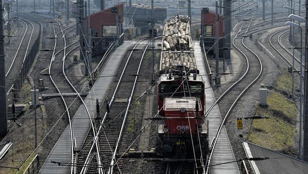 Eine Lok am Zentralverschiebebahnhof in Wien-Kledering, wo es zu dem tödlichen Unfall kam. (Bild: APA/HERBERT NEUBAUER)