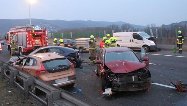 Insgesamt acht Fahrzeuge waren in den Unfall auf der A22 verwickelt. (Bild: APA/FF KORNEUBURG/MICHAEL ZÖGER)