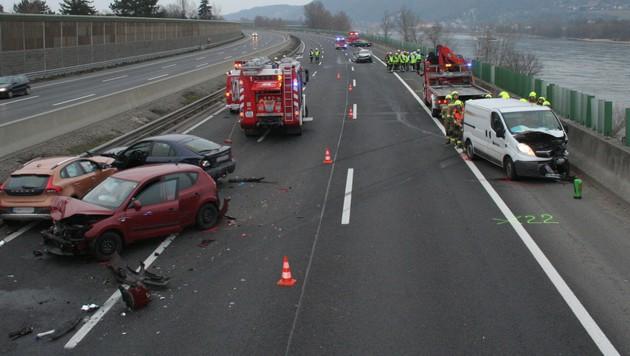 Sechs Verletzte bei Karambolage auf A22 in NÖ (Bild: APA/FF KORNEUBURG/MICHAEL ZÖGER)