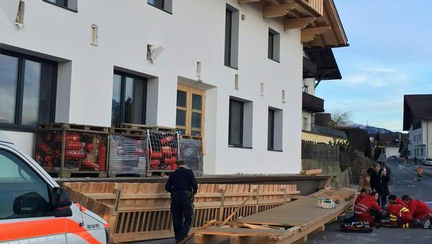 Der Holzbalkon löste sich aus der Fassade im ersten Stock und landete auf der Straße. (Bild: APA/DANIEL LIEBL)