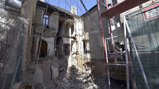 Bauarbeiten an Wohnhaus vorerst gestoppt (Bild: APA/HANS PUNZ)