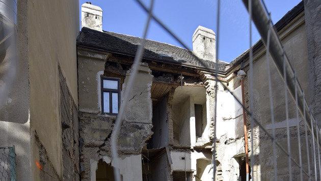 Wohnhaus in Wien teilweise eingestürzt (Bild: APA/HANS PUNZ)