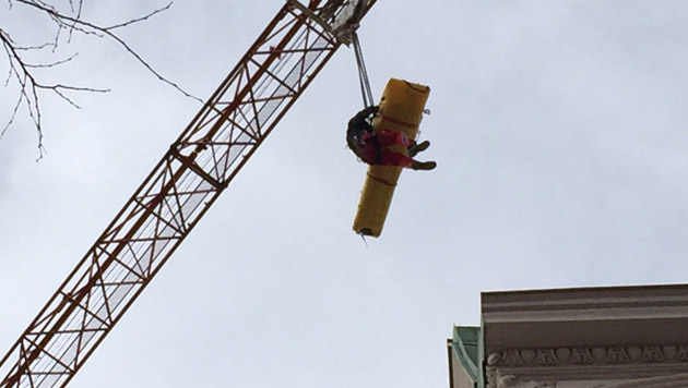 Arbeiter in Schacht gestürzt und schwer verletzt (Bild: Berufsrettung Wien)