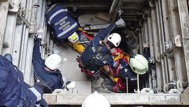 Arbeiter in Schacht gestürzt und schwer verletzt (Bild: MA 68 LICHTBILDSTELLE)