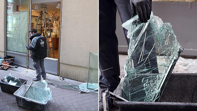 Das Quartett schlug mit einem Hammer das 2,8 Zentimeter dicke Sicherheitsglas der Auslage ein. (Bild: Zwefo)