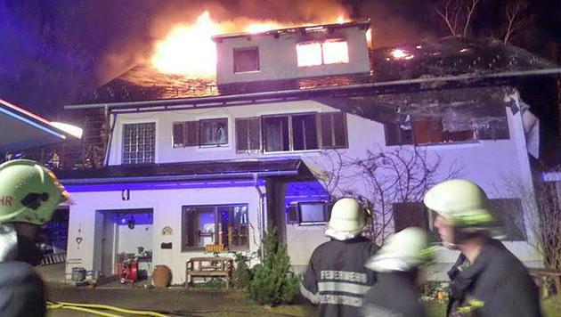 Beim Eintreffen der Feuerwehr stand das Dachgeschoß bereits in Vollbrand. (Bild: APA/STEFAN SPITZER)
