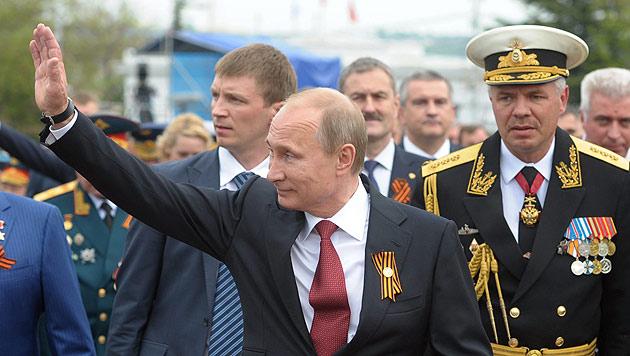 Kremlchef Putin lässt sich anlässlich eines Besuchs auf der Krim feiern. (Bild: APA/EPA/ALEXEY DRUGINYN/RIA NOVOSTI/KREMLIN)