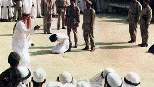 Eine öffentliche Hinrichtung vor einer Moschee in der saudi-arabischen Hauptstadt Riad (Bild: YouTube.com (Symbolbild))