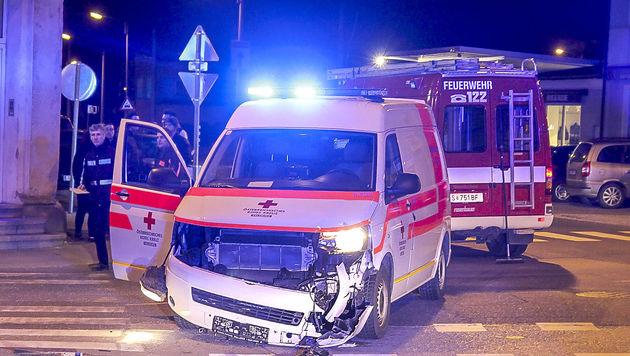 Das Rettungsauto wurde an der Front beschädigt, die Insassen blieben unverletzt. (Bild: MARKUS TSCHEPP)