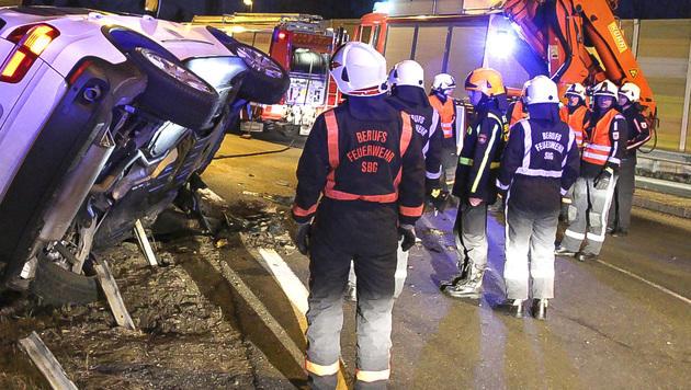 Beim Kreisverkehr Salzburg-Mitte kippte ein BMW um, nachdem der Lenker die Kontrolle verloren hatte. (Bild: MARKUS TSCHEPP)
