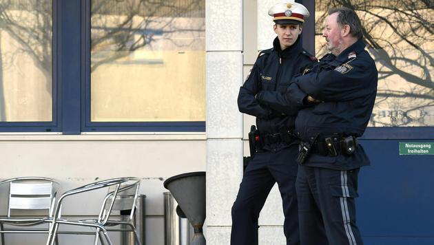 Polizisten bewachen den Tatort. (Bild: APA/HERBERT P.OCZERET)