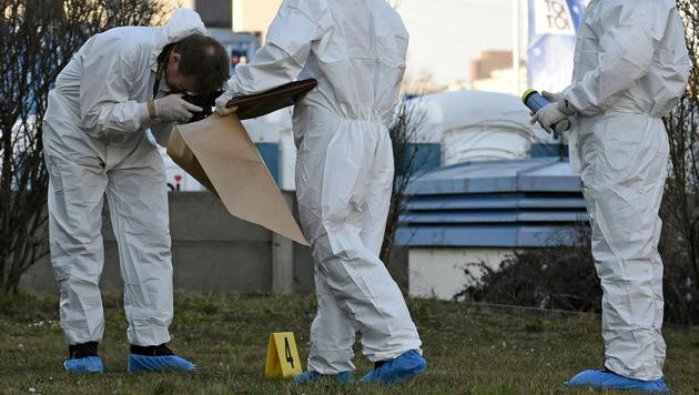 Kriminaltechniker sind mit der Spurensicherung beschäftigt. (Bild: APA/HERBERT P.OCZERET)