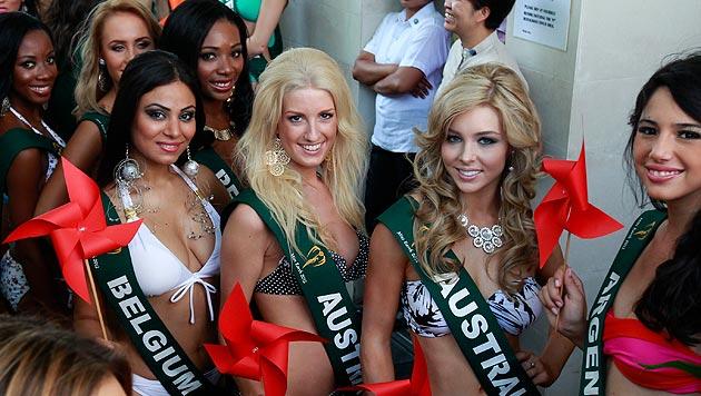 """Sandra Seidl (Mitte) bei der weltweiten """"Miss Earth""""-Wahl 2012 in Manila (Bild: DENNIS M. SABANGAN/EPA/picturedesk.com)"""