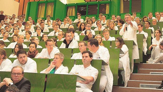 Bis zur Einigung im Gehaltsstreit gab es ein zähes Ringen bei den Ärzten in den SALK. (Bild: Franz Neumayr)